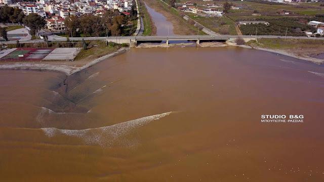 Απέραντος λασπότοπος ο Αργολικός κόλπος από το χώμα που κατεβάζει ο Ίναχος ποταμός (βίντεο drone)