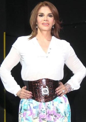 Foto de Lucía Méndez posando parada