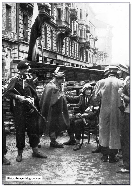 Warsaw insurgents put up  barricade  street September Uprising 1944