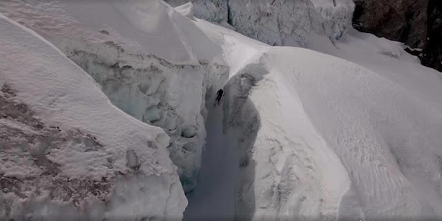 Sam Anthamatten descend en ski le Glacier de Zermatt