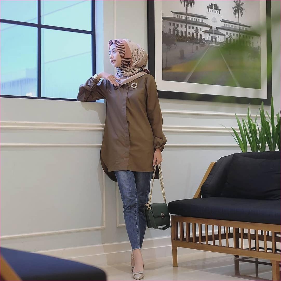 Outfit Celana Jeans Untuk Hijabers Ala Selebgram 2018 tunic coklat tua slingbags hijau tua kerudung segiempat hijab square krem pants jeans denim lace ups high heels krem muda jam tangan ootd trendy