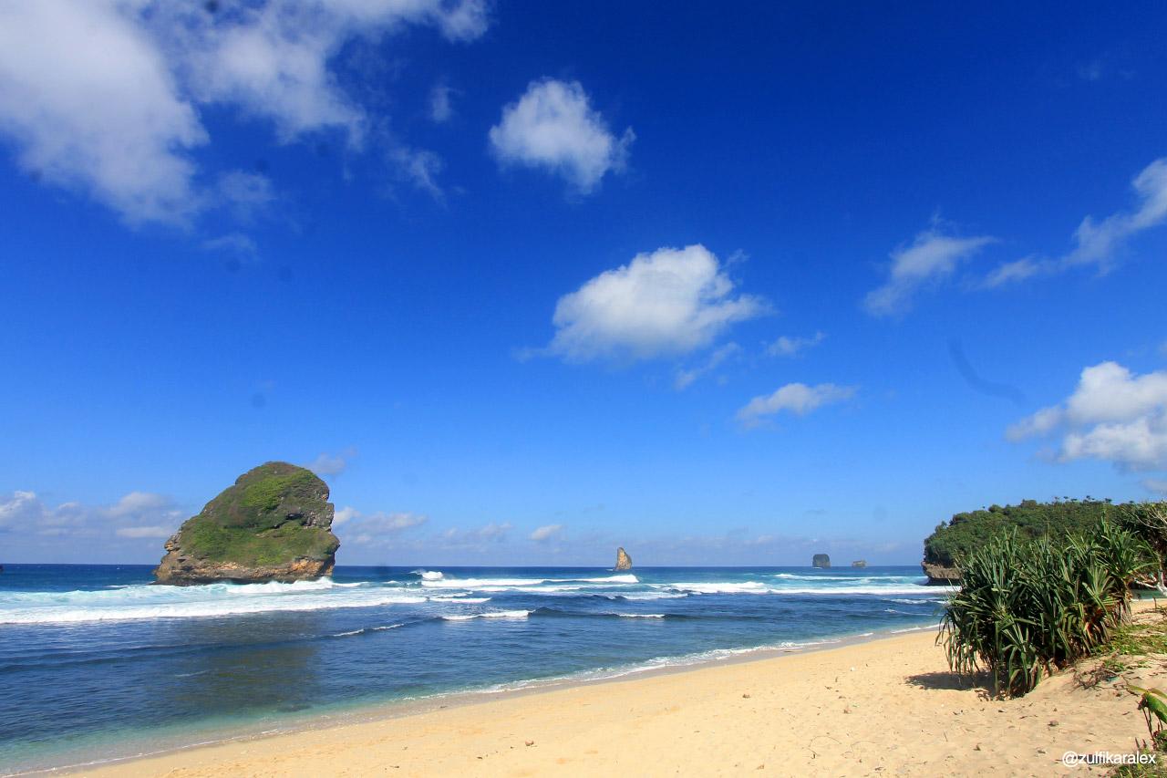 Hasil gambar untuk Pantai Wonogoro