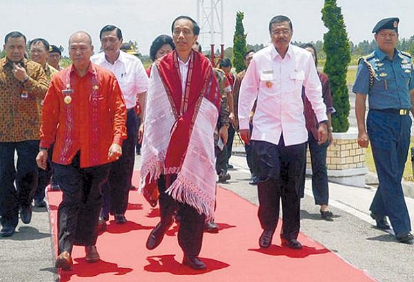 Presiden Jokowi diulosi di Bandara Silangit