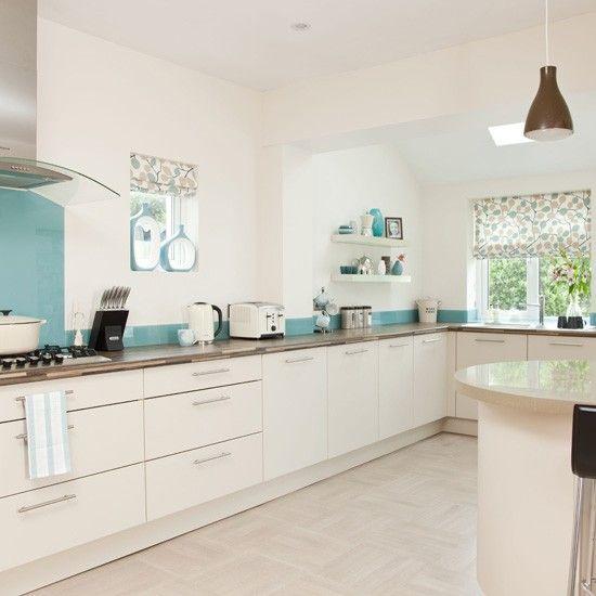 cozinha com prateleira  armarios brancos piso branco detalhe azul parede