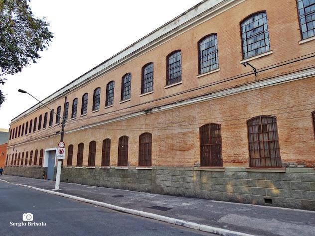 Vista ampla da fachada da antiga Tecelagem de Seda Ítalo Brasileira - Dataprev (atual) - Brás - São Paulo