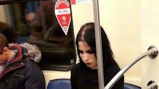 Η ΦΩΤΟ της κοπέλας στο Μετρό της Μόσχας που κερδίζει χιλιάδες likes