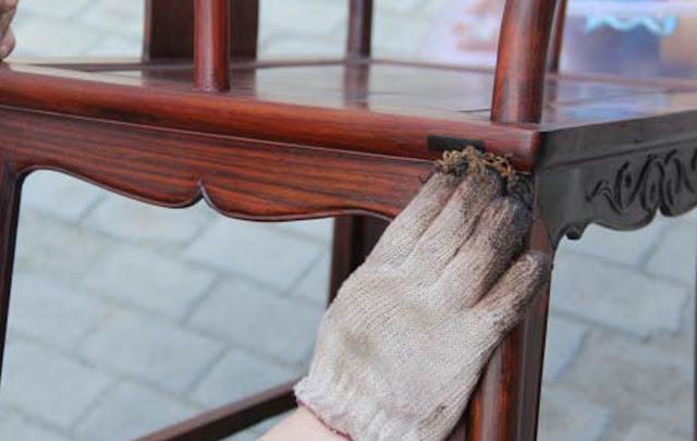 Tẩy những vết ố do ruồi làm bẩn trên đồ gỗ