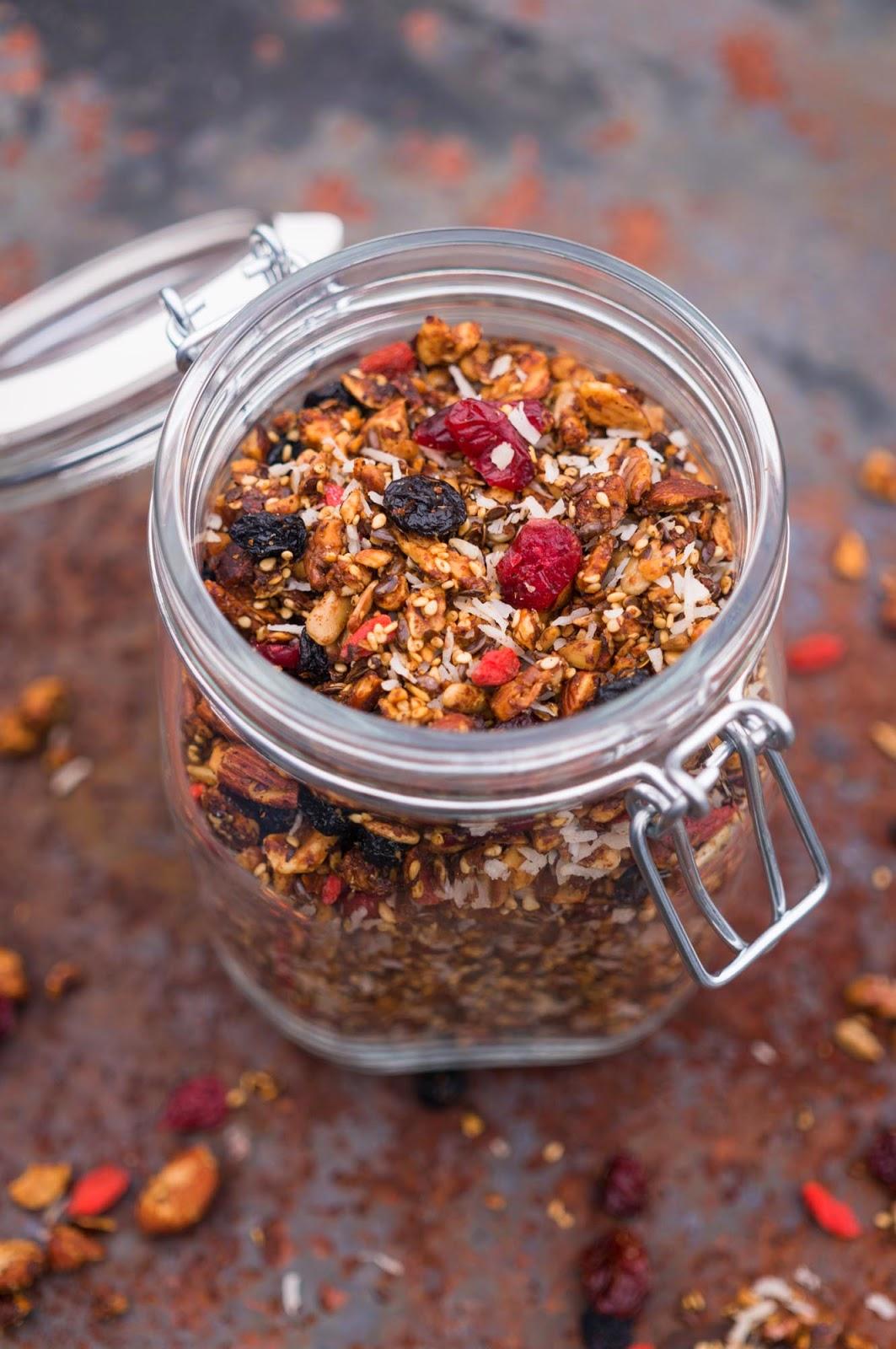 Hemmagjord granola med kanel och kardemumma