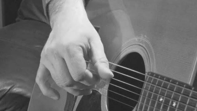memetik gitar dengan 5 jari