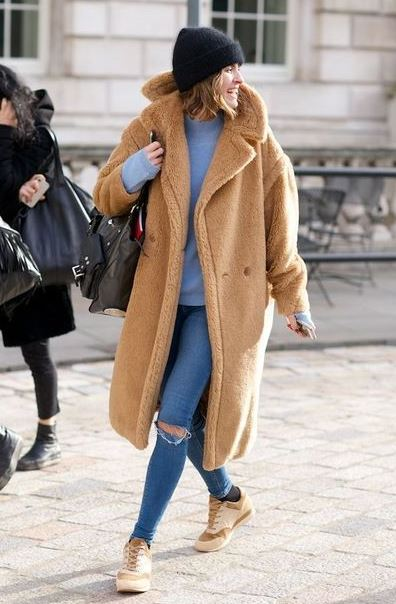 cozy winter outfit / fur coat + skinny jeans + sneakers + black hat + sweater + backpack