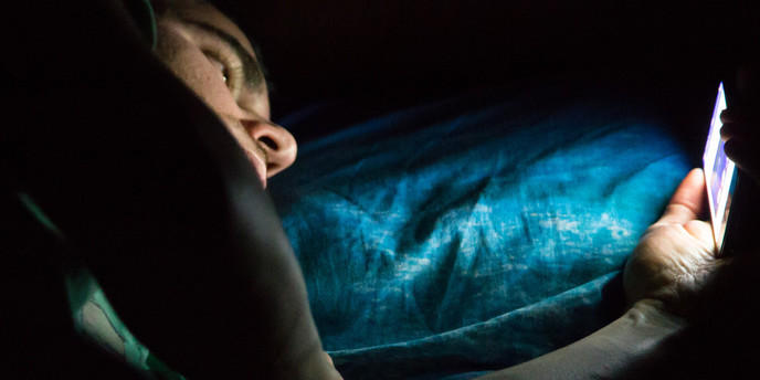 Utilisation d'un smartphone au lit