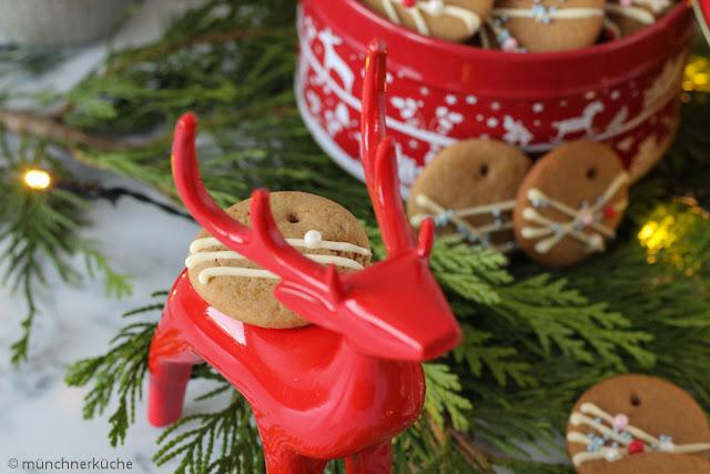 Pfefferkuchen - Dekorative Weihnachtsplätzchen mit weißer Schokolade und Zuckerperlen.