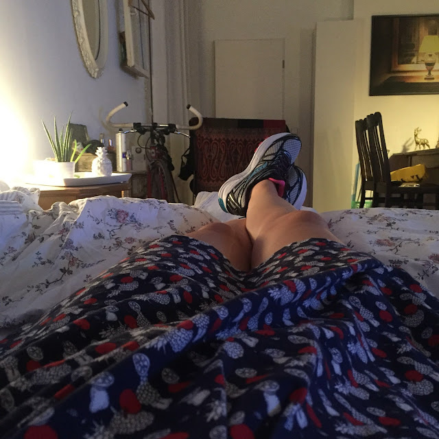 Mit neuen Laufschuhen auf dem Sofa
