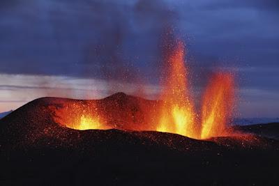 Volcán expulsando lava, las erupciones son uno de las causas de desastres naturales en Islandia