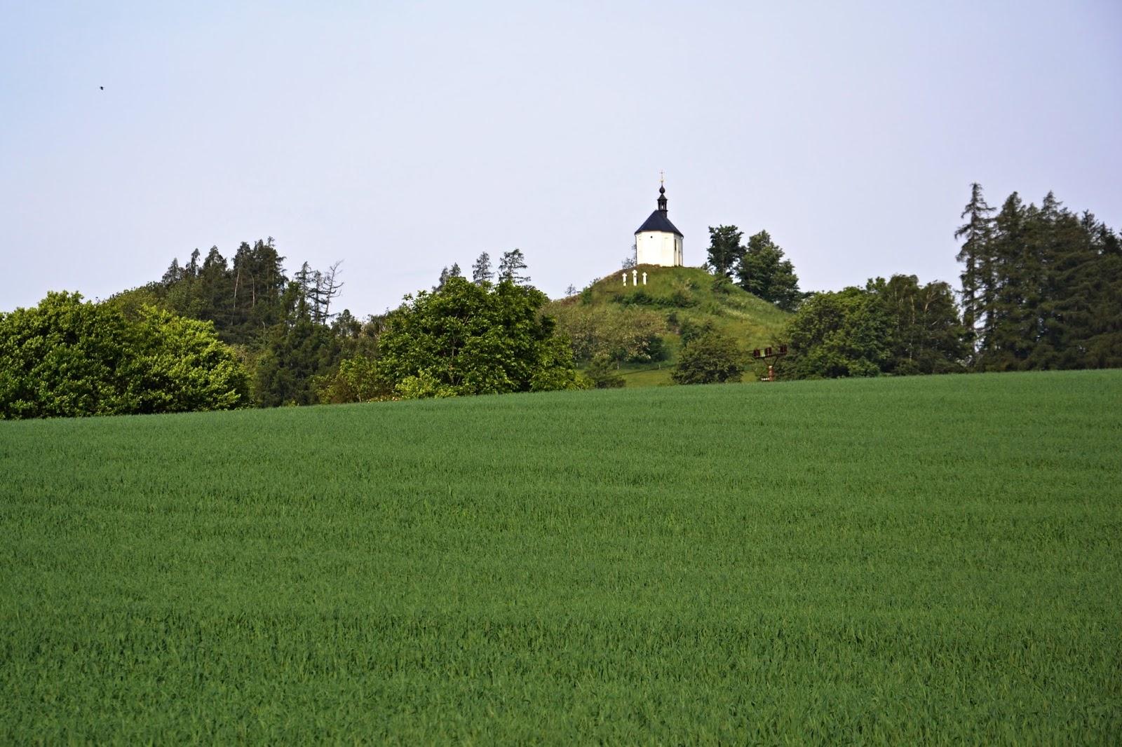 """Kaplička byla postavena nad městečkem na kopci zvaném """"Šteinhýbl"""" a."""