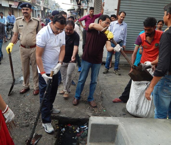 रूद्रपुर नगर निगम मे सभी वार्डो पर चलाया गया विशेष सफाई अभियान ।