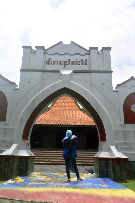 Gerbang di miniatur rumah Jepara