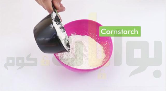 ضع كوبين من نشا الذرة (نحو 140 جرام).أو دقيق الذرة، وضعه في وعاء كبير منفصل.