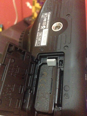 Cara melepas memory card kamera DLSR