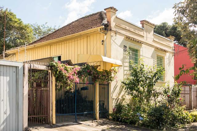 Fachada de material, casa de madeira