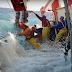 Πλοία «παλεύουν» με τεράστια κύματα (Βίντεο)