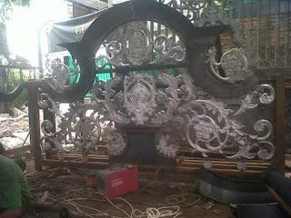 Spesialis pengerjaan pagar besi tempa klasik untuk rumah mewah dengan ornamen besi tempa khusus
