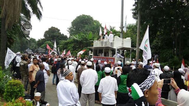 Habib Rizieq Jadi Saksi Sidang Ahok, Massa GNPF-MUI Padati Jalan di Depan Kementan