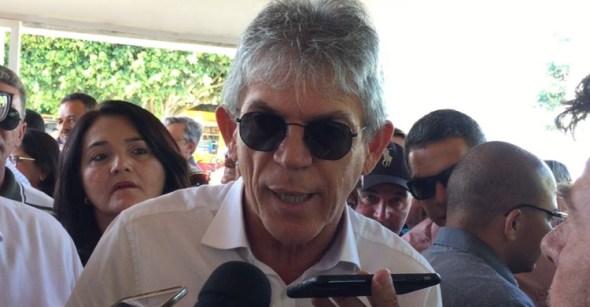 """Ricardo vê eleição """"plebiscitária"""" e alfineta adversários"""