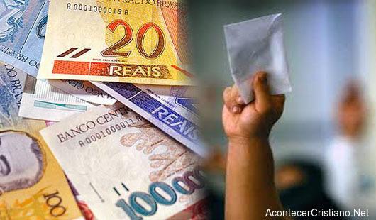 Billetes de Brasil en diezmo para iglesia