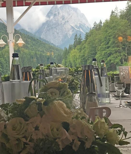 Bergblick im Seehaus, Regenhochzeit im Sommer am Riessersee Hotel Garmisch-Partenkirchen, Bayern