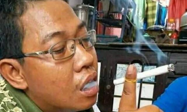 Kocak! Katanya Takut Diartikan Salam 2 Jari, Cara Merokok Pemuda Ini Jadi Begini