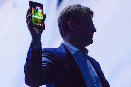 2 Ponsel Pintar Samsung dengan LCD Lipat Display Infinity baru