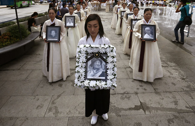 Women commemorating Koreans who were made sex slaves by the Japanese during World War II - Seoul (Kim Hong-Ji/Reuters)