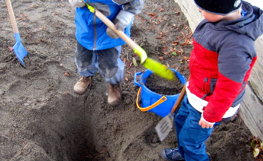 Τα παιδιά έσκαβαν στην αυλή τους και δεν φαντάζεστε τι βρήκαν...! [photo]