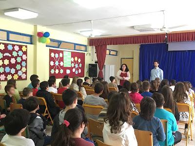 Ο Βαγγέλης με τη δασκάλα του σχολείου μιλάει στα παιδιά