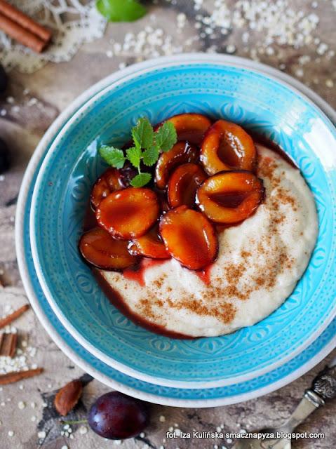 budyń jęczmienny z karmelizowanymi śliwkami, budyń z płatków jęczmiennych, płatki jęczmienne, węgierki, karmelizowane owoce, deser, śniadanie,
