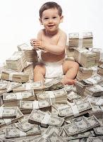 Ona miras kalan bir yığın para üzerinde oturan mutlu bebek