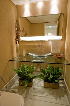 Bancada e cuba s?o de vidro temperado dando leveza a esse lavabo ...