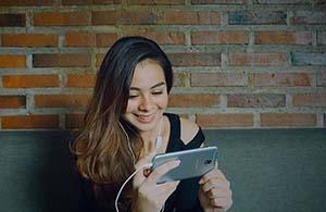 Sahila Hisyam Bermain Smartphone