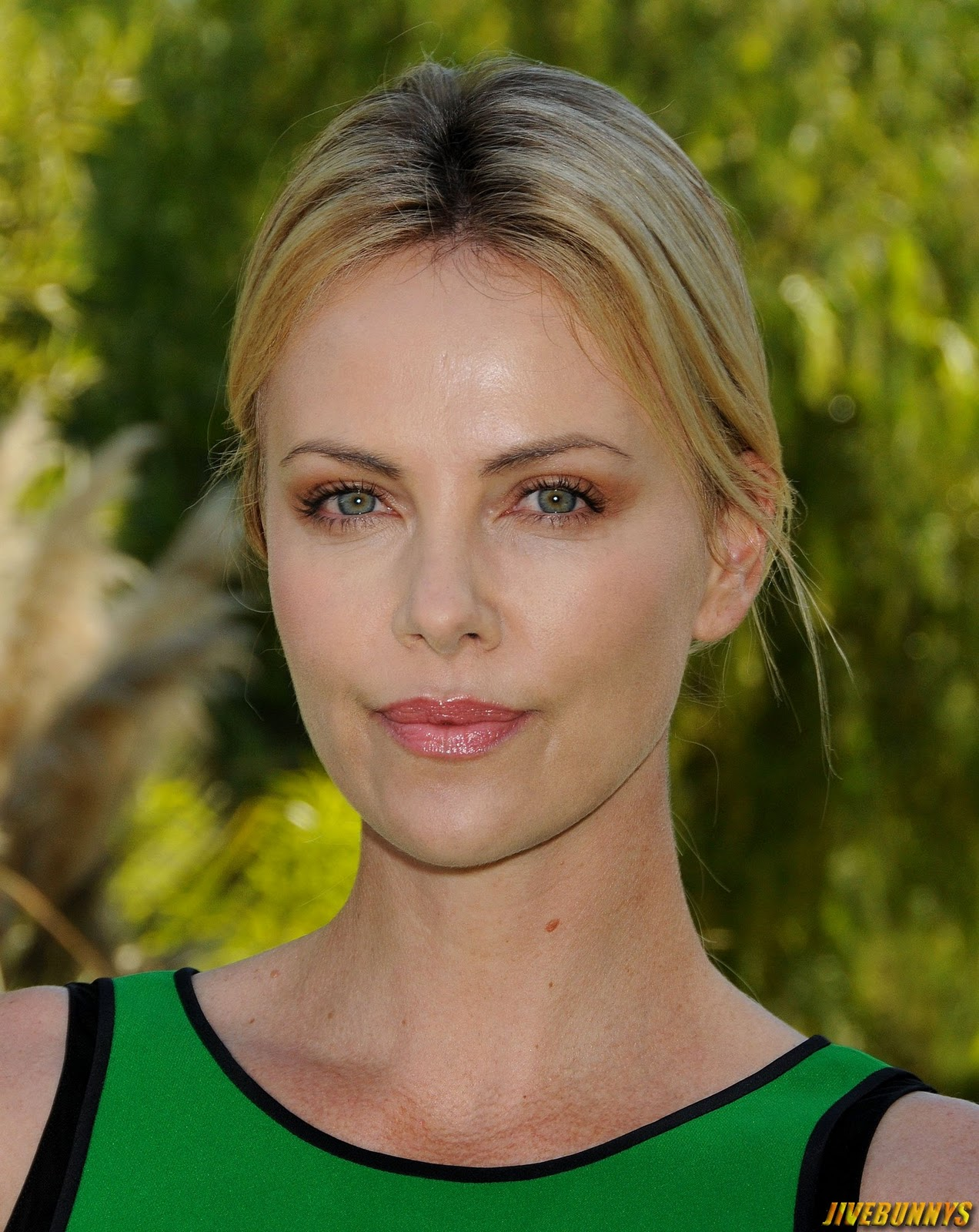 Charlize Theron In Versace For British Vogue: Charlize Theron Special Pictures (17)