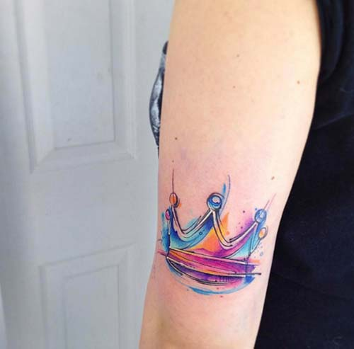 upper arm watercolor crown tattoo üst kol renkli taç dövmesi