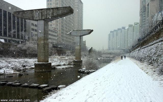 Pilares de la autopista del arroyo Cheonggyecheon con nieve