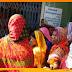 अव्यवस्था के खिलाफ जीविका दीदीयों ने उत्तर क्षेत्रीय ग्रामीण बैंक के मुख्य द्वार पर जड़ा ताला
