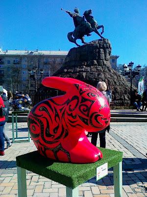Пасхальный кролик возле памятника Богдану Хмельницому