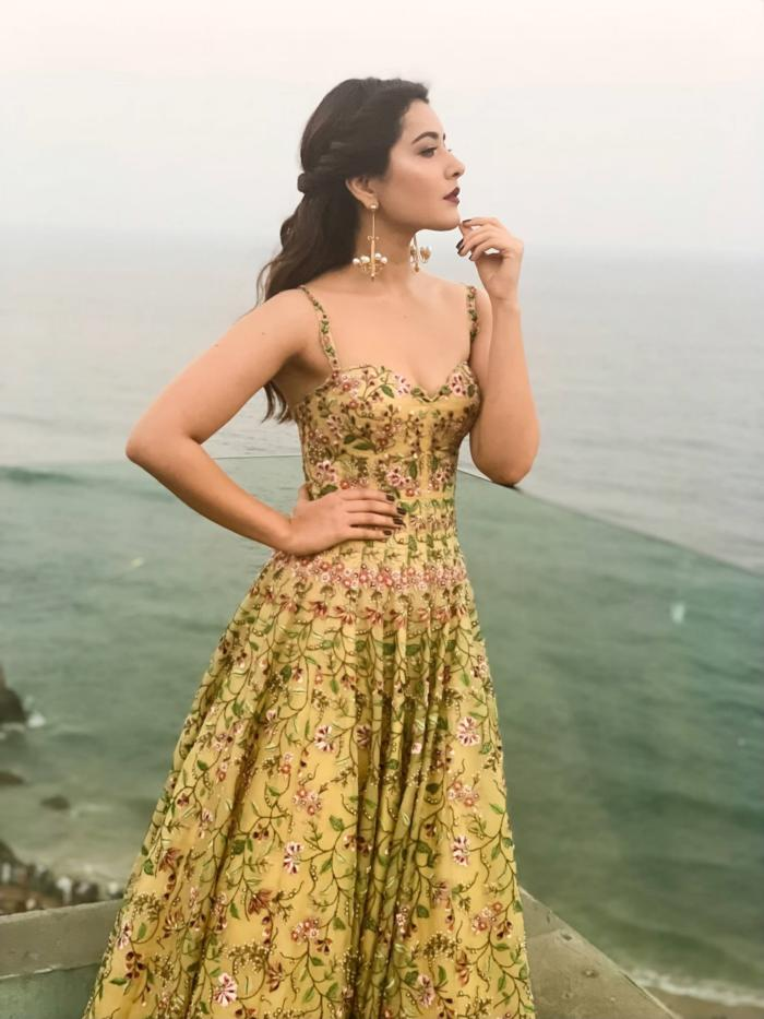 South Indian Glamorous Girl Rashi Khanna In Yellow Gown