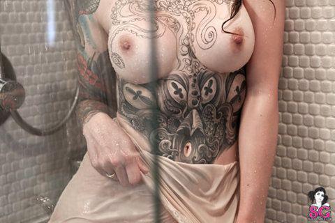As mais lindas mulheres com tatuagens nos peitos