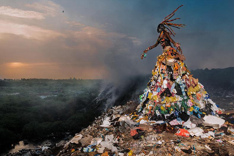 Serie de imagenes desarrolla conciencia sobre los problemas ambientales con disfraces hechos de basura