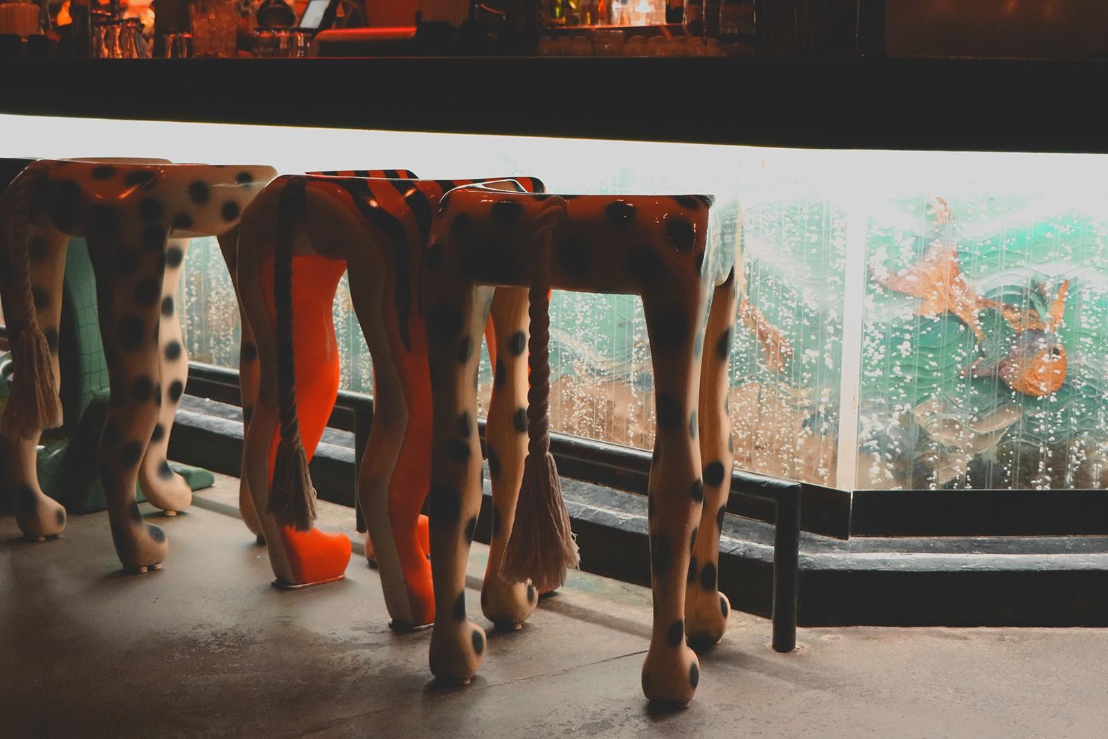 cadeiras com pés de animais