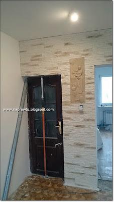 kamień z gipsu nad drzwiami