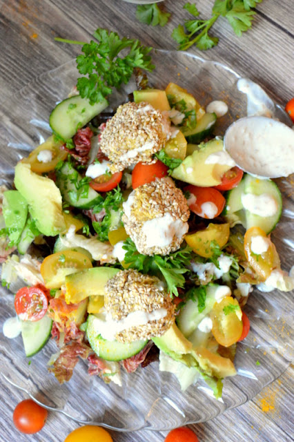 Ofenfalafel auf Sommersalat mit Sesamdressing